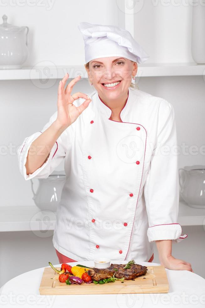 cuoco-cuoco che presenta i pasti foto
