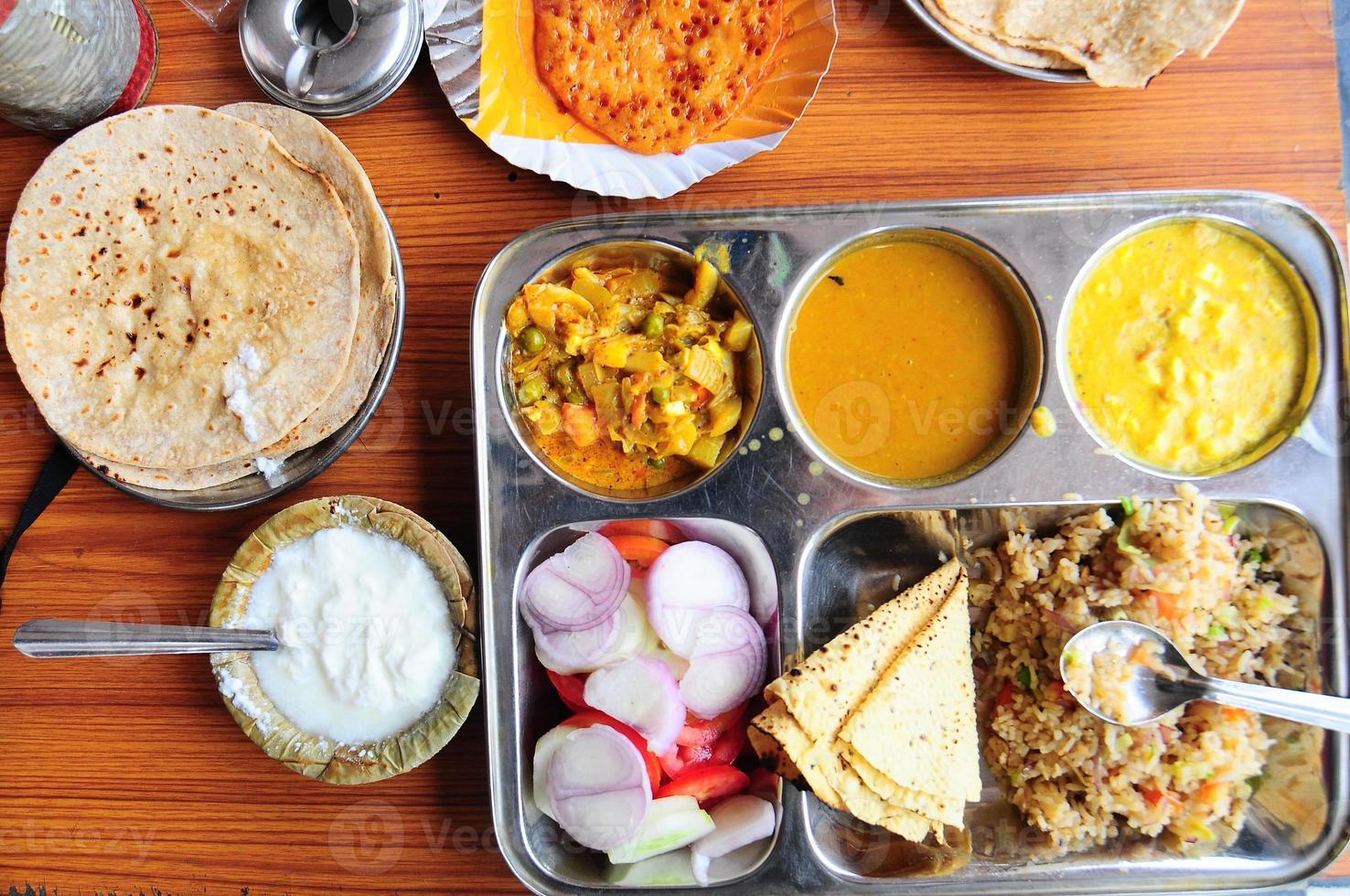 Thali indiano vegetariano foto