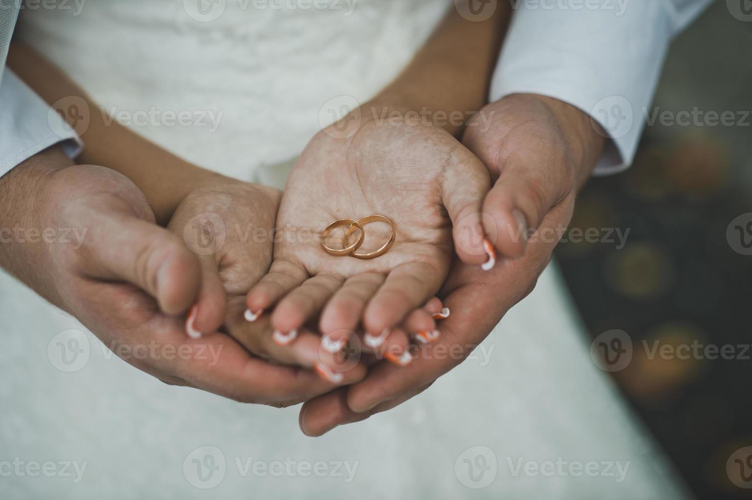 fedi nuziali nelle mani della coppia di sposi 1929. foto