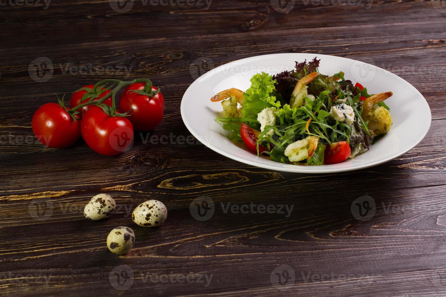 insalata con gamberi e ingredienti. foto