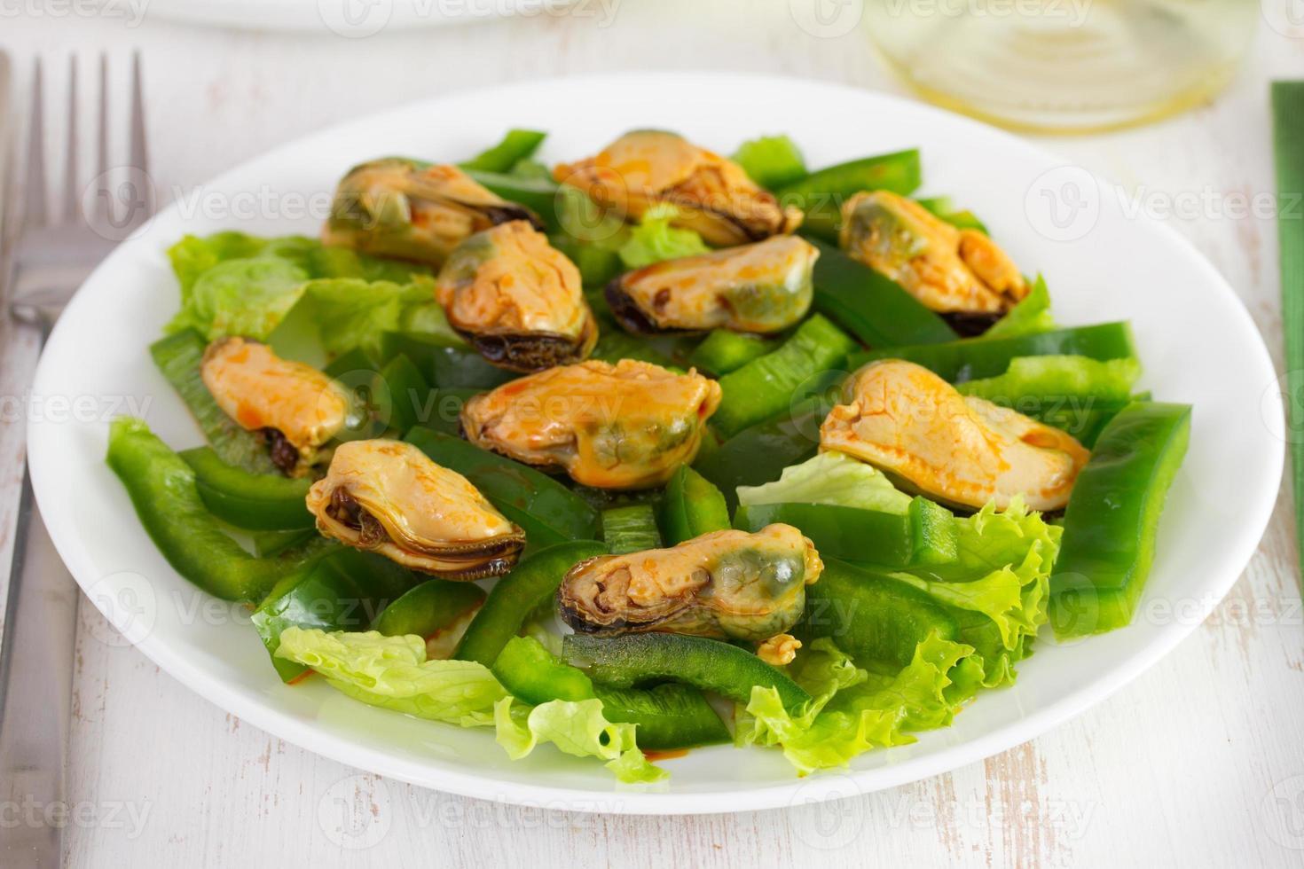 insalata con frutti di mare sul piatto foto