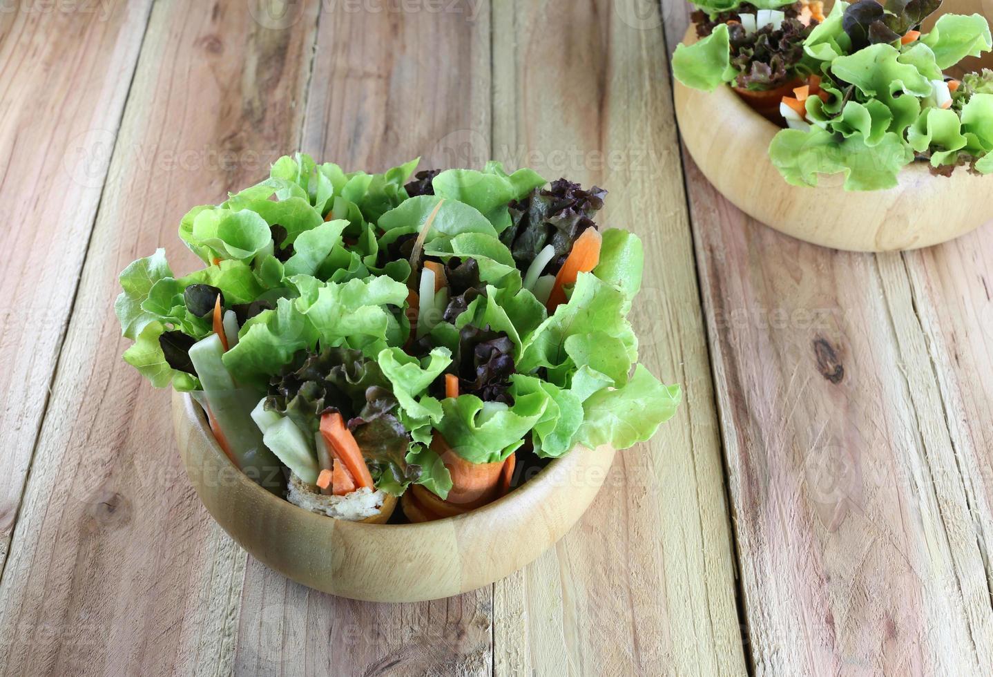 insalata di verdure in ciotola di legno. foto