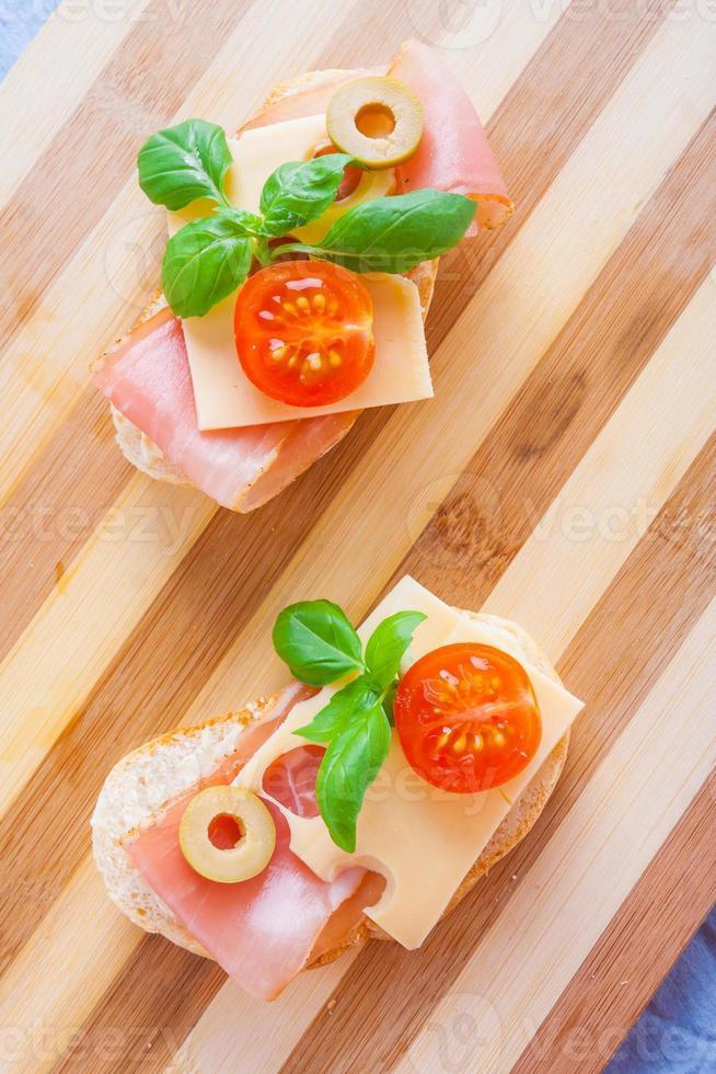 piccoli panini con prosciutto affumicato, formaggio e pomodorini foto