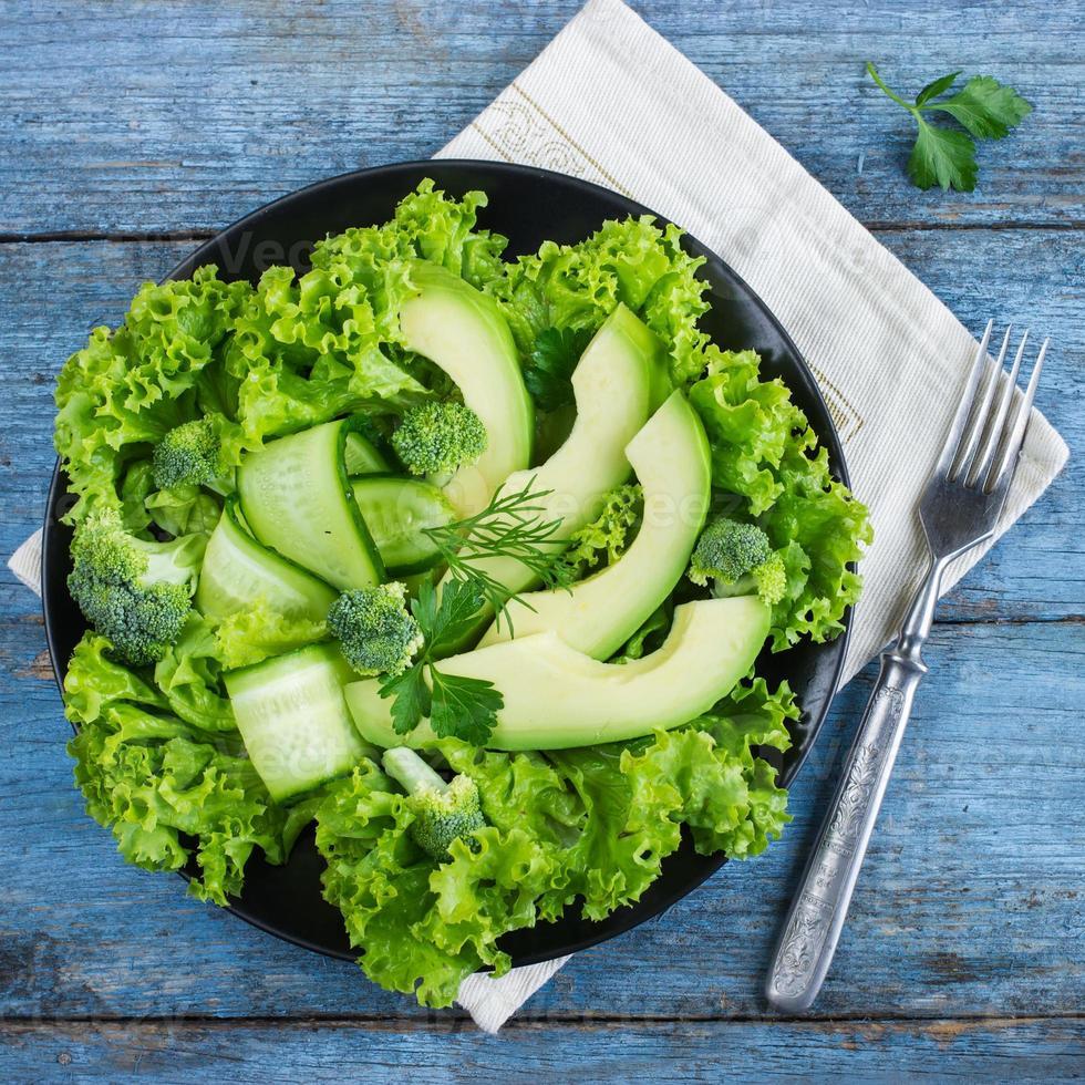 insalata verde fresca con avocado, cetriolo e broccoli foto