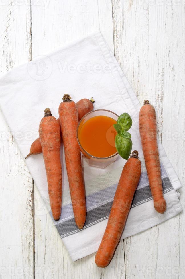 frullato di carote con basilico su un canovaccio foto