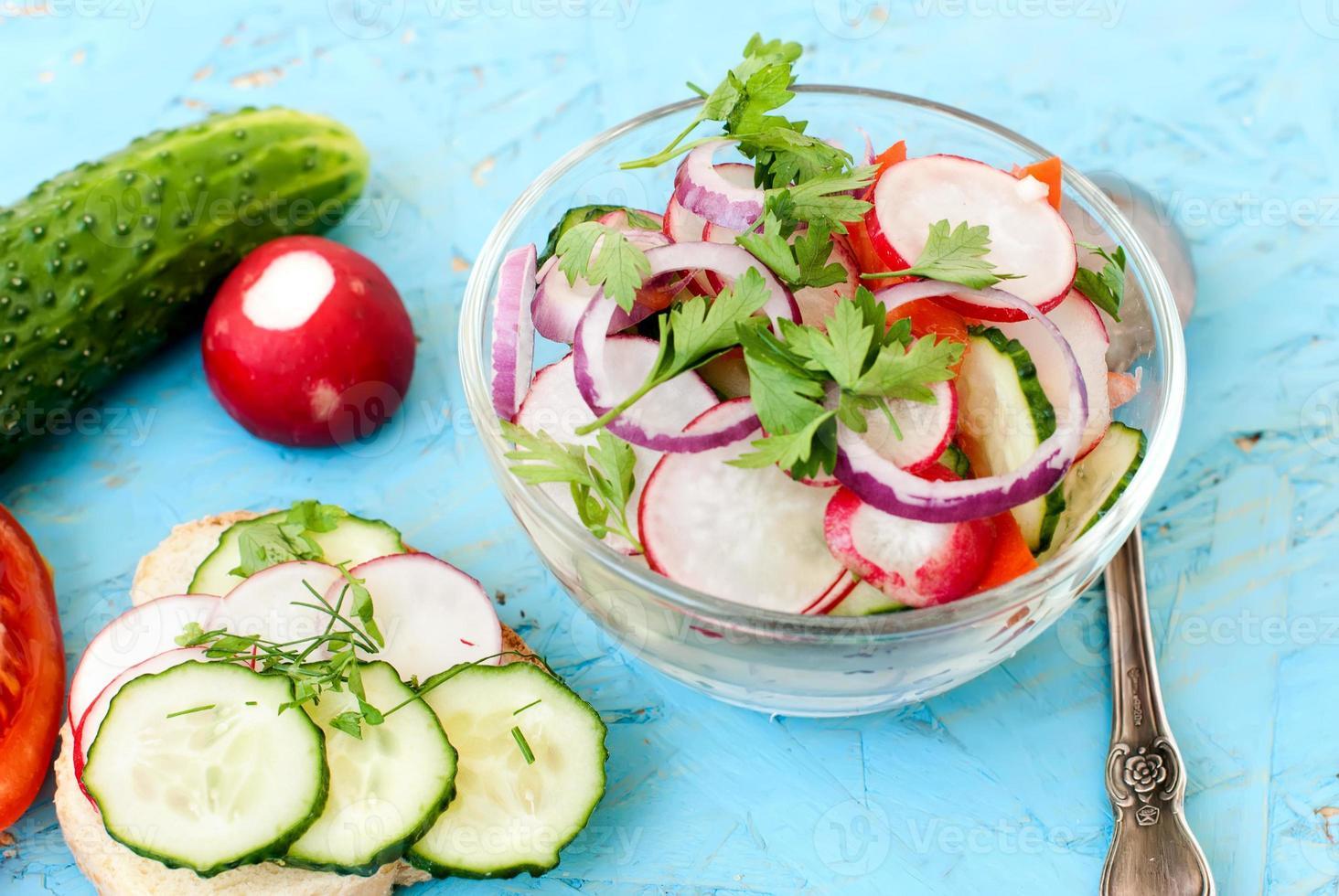 insalata di primavera con ravanelli, cetrioli, cavoli e cipolla close-up foto