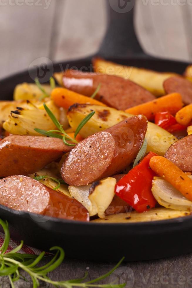 cena con patate e salsiccia foto