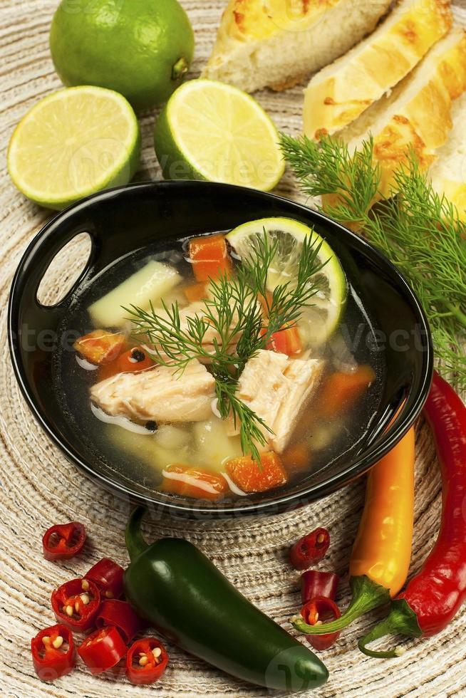 ciotola con zuppa di salmone foto