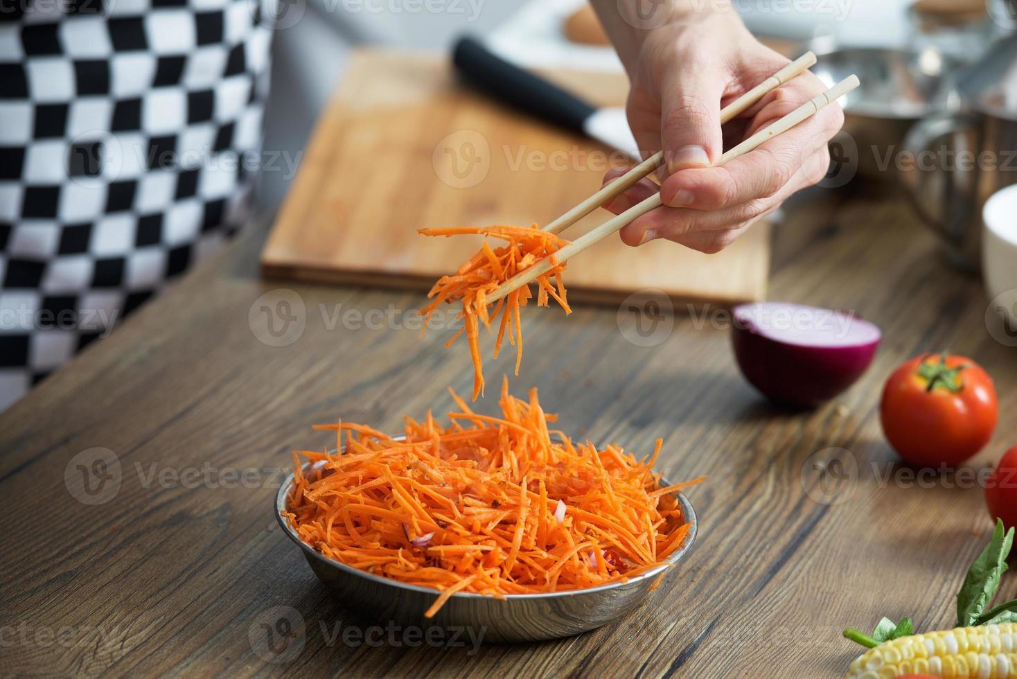 insalata di carote coreana piccante in una ciotola foto