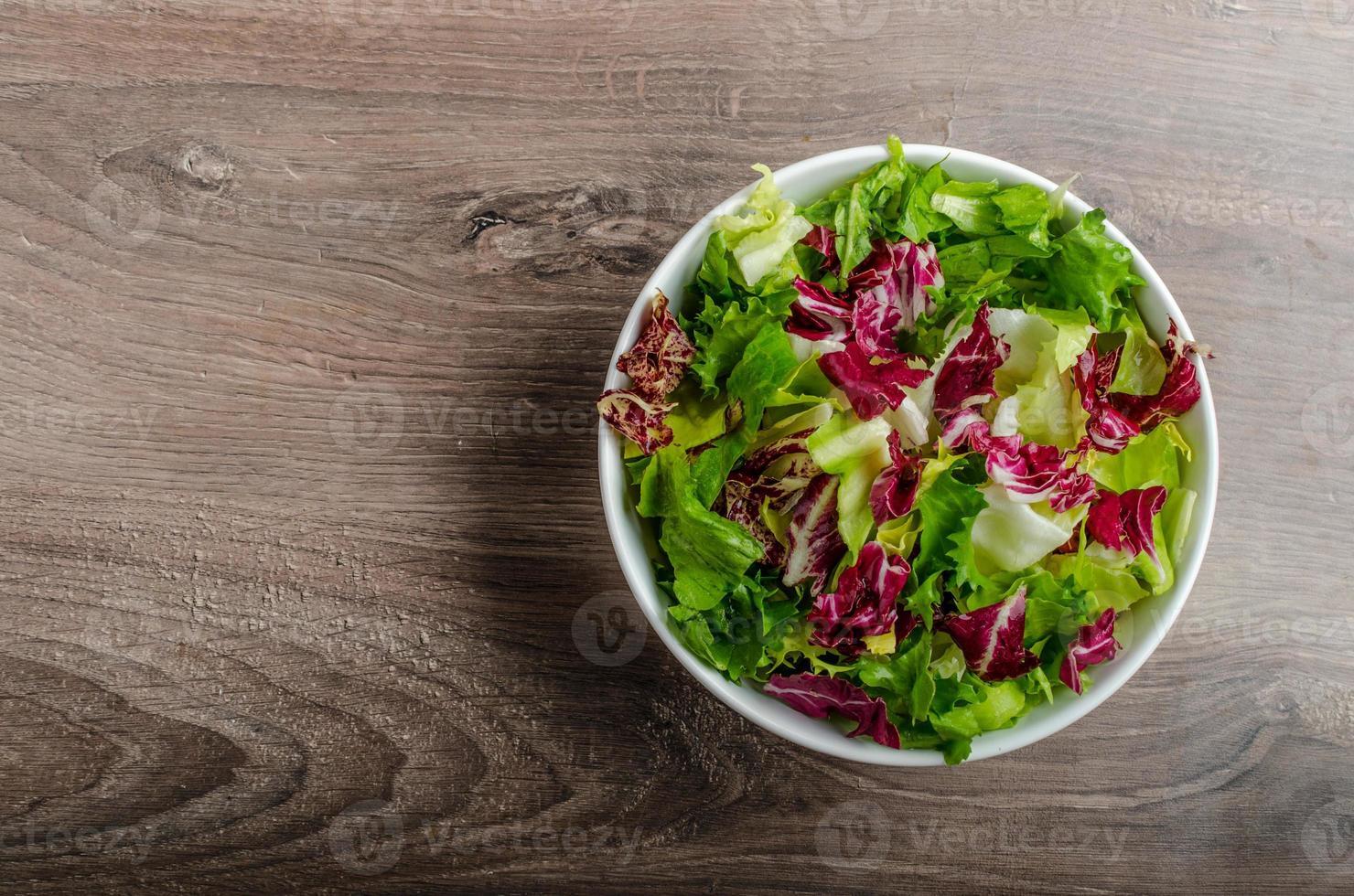 insalata di verdure con indivia foto
