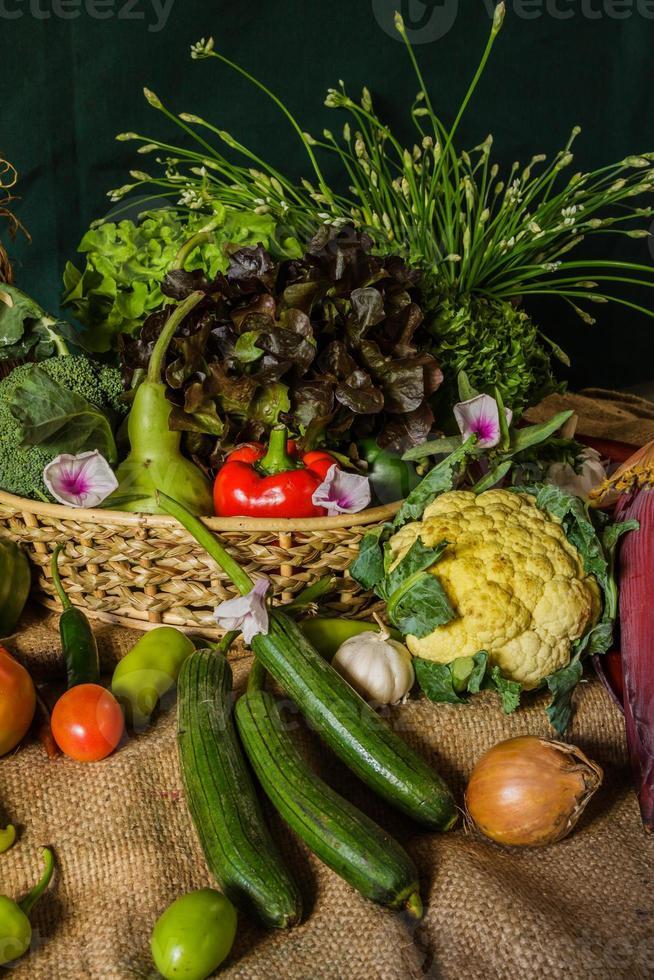 natura morta con verdure, erbe e frutta. foto