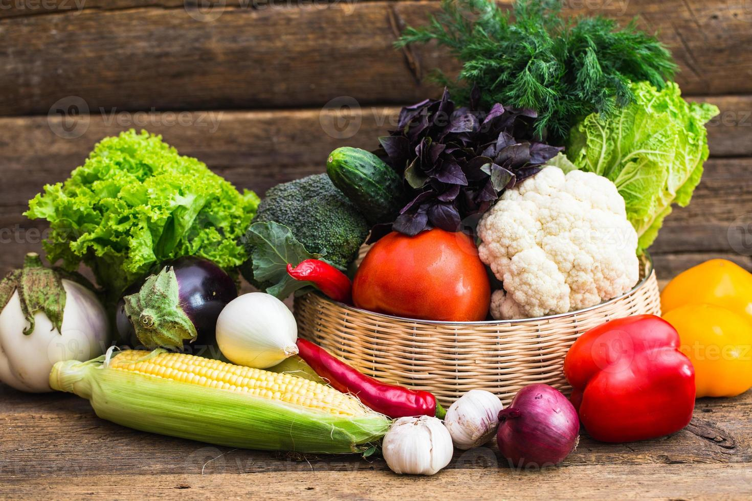 composizione con verdure organiche crude assortite foto