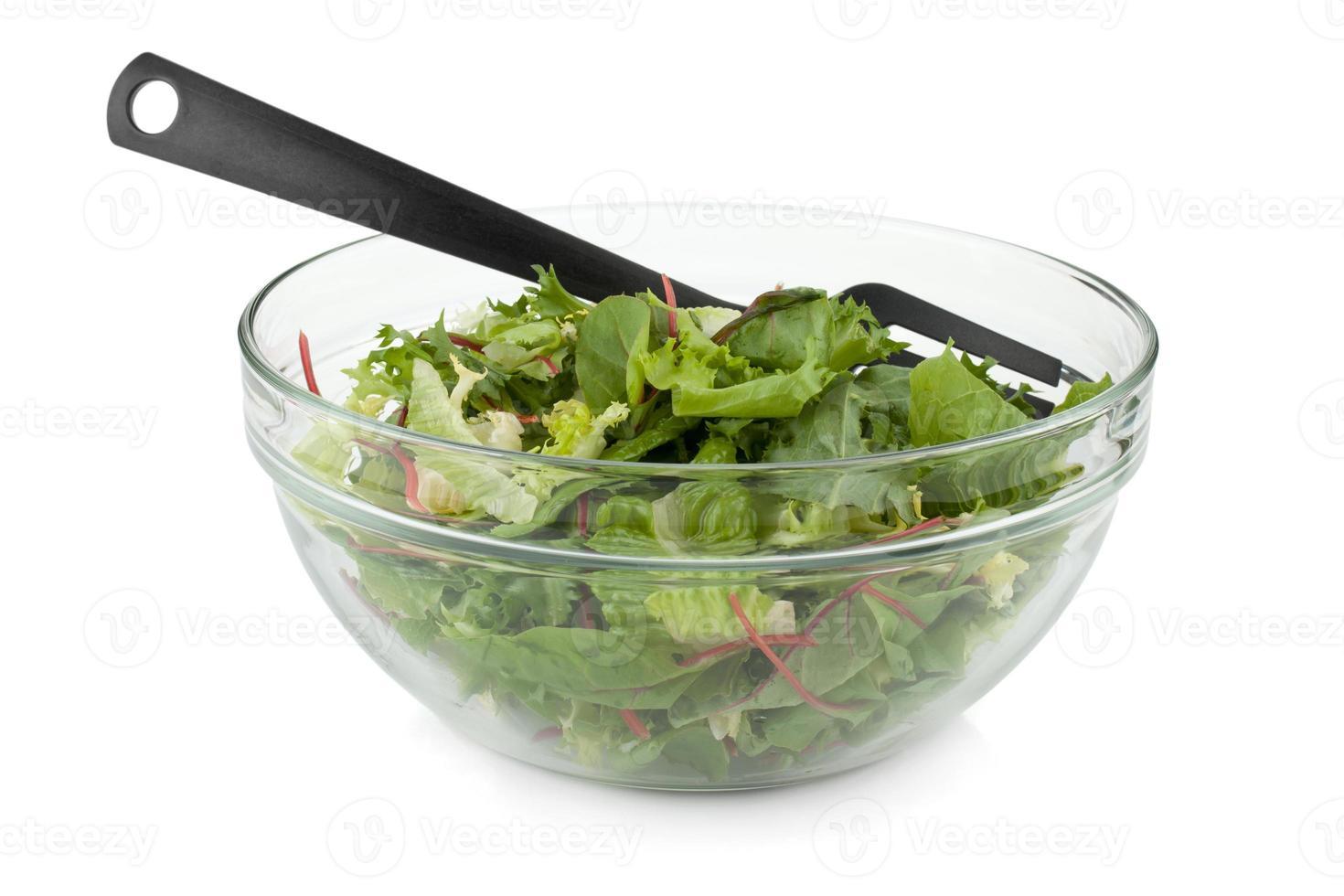 sana insalata verde con forchetta di plastica foto