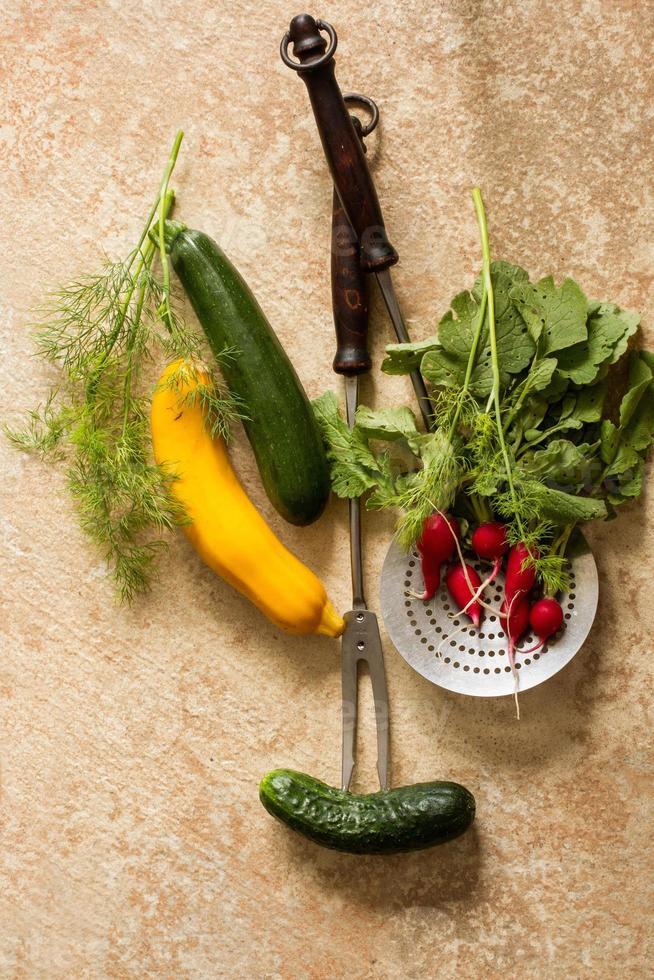 mix di verdure mature e forchetta per carne foto