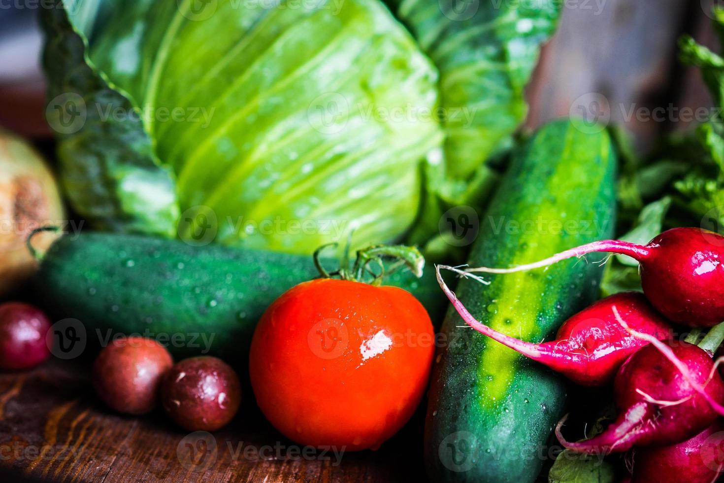verdure fresche su fondo in legno foto