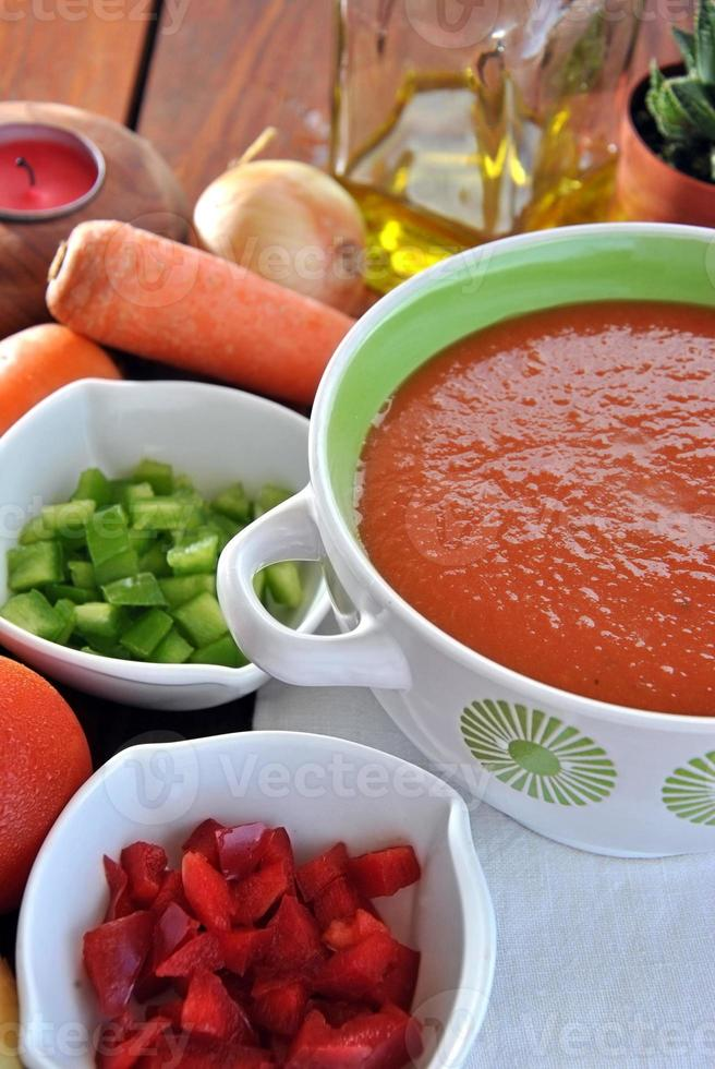 ciotola di gazpacho con pomodori foto