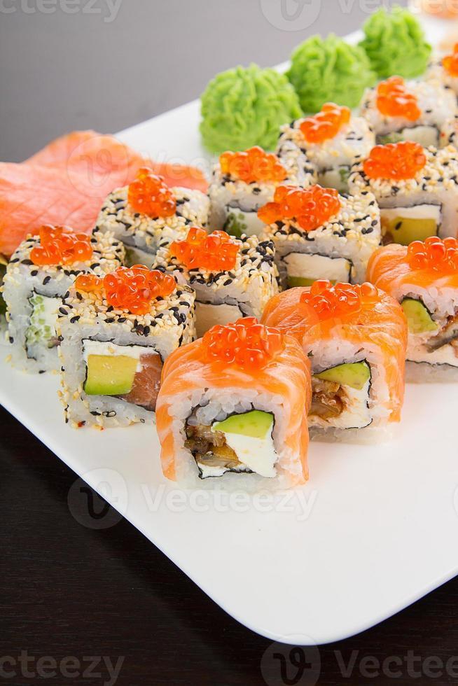 sushi giapponese gustoso impostato su un piatto bianco foto
