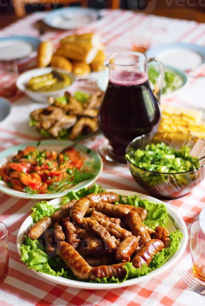 salsicce sul tavolo foto
