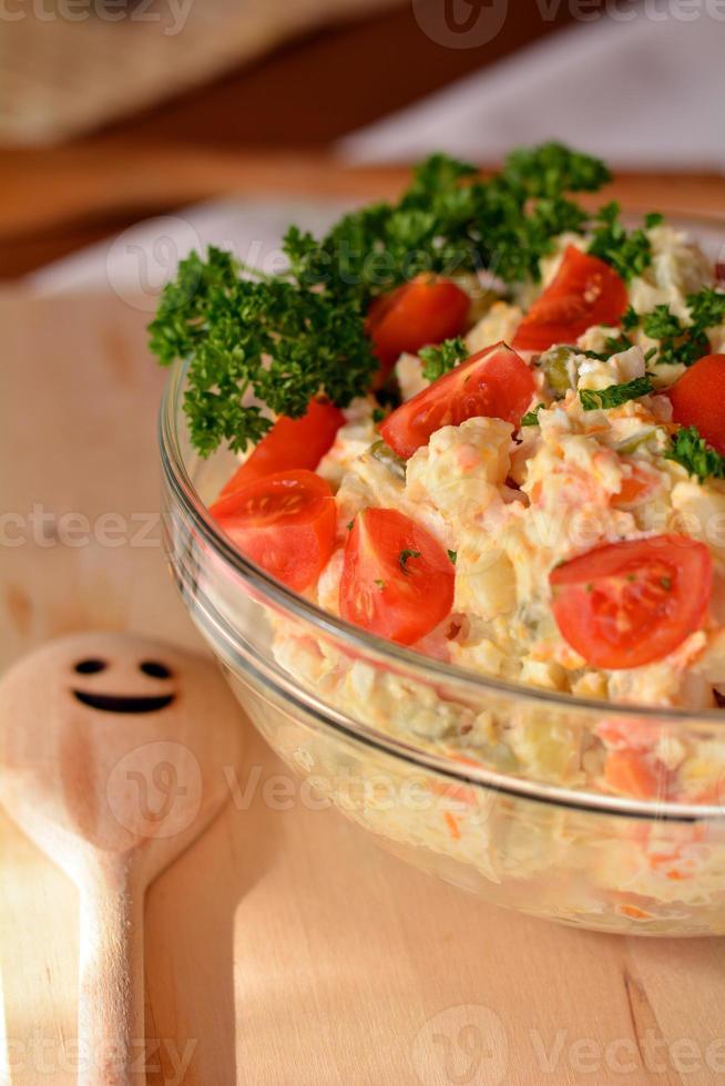 insalata di patate fatta in casa con uova e sottaceti in ciotola di vetro foto