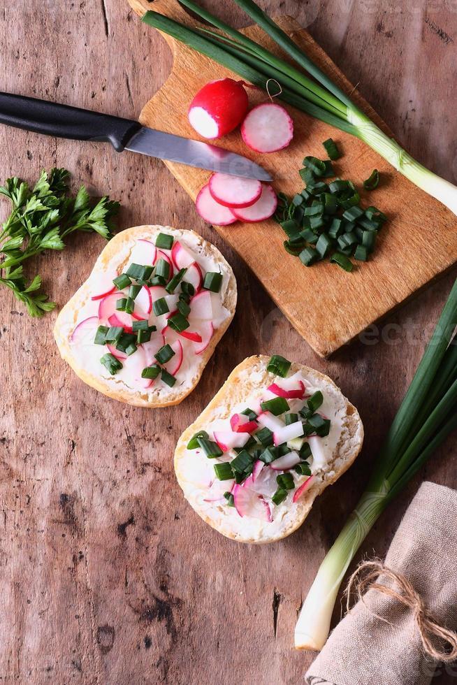 panini con verdure fresche e crema di formaggio su un tavolo foto
