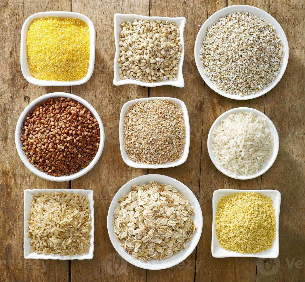 vari tipi di chicchi di cereali foto