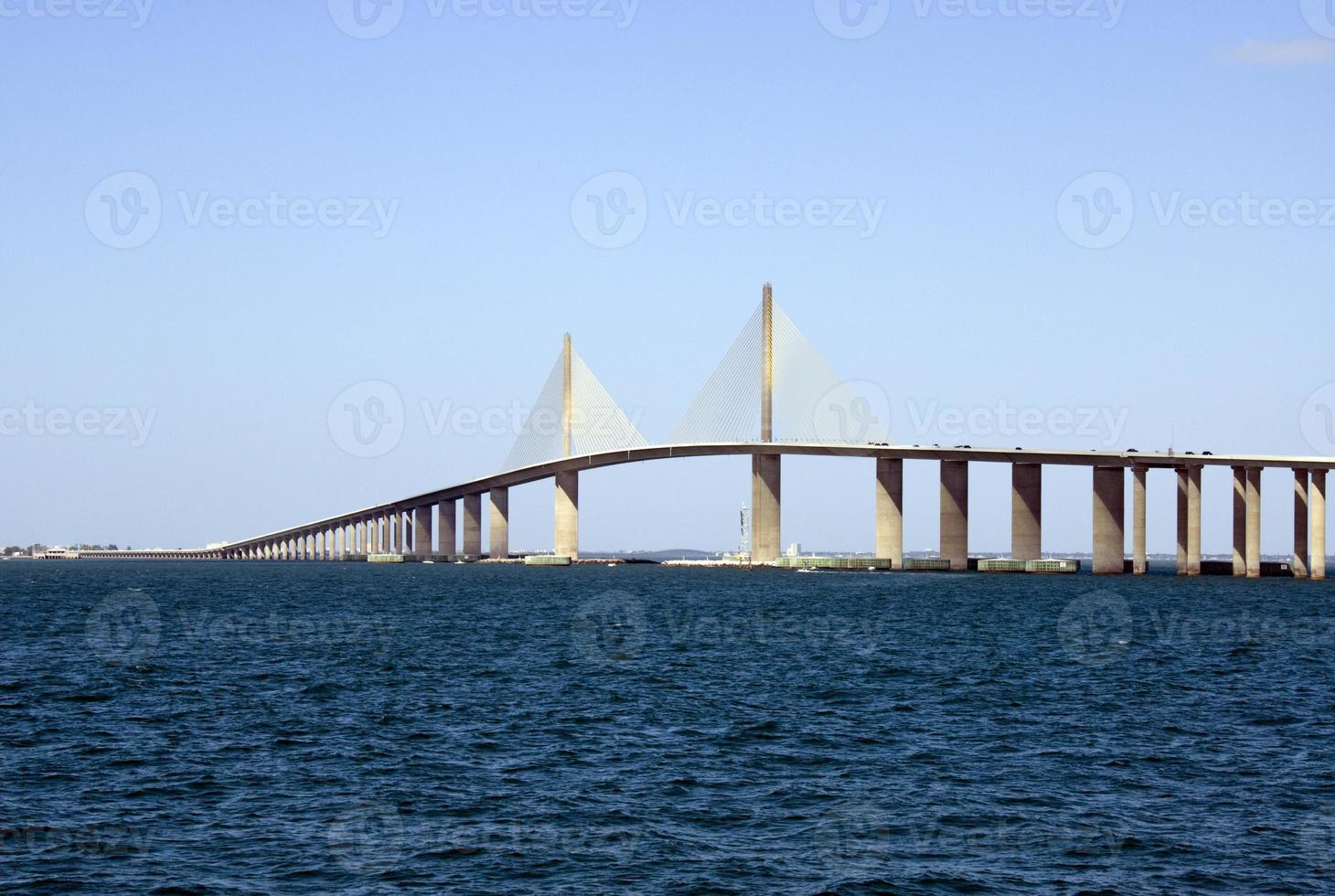 sole sopra il ponte skyway attraverso il mare blu profondo foto