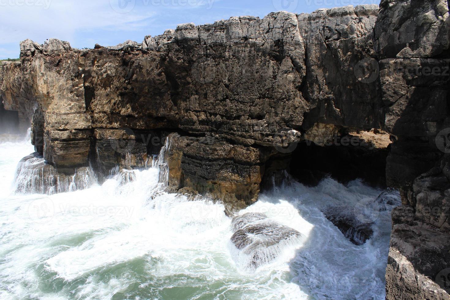 scogliera e mare, cascais, lisbona, portogallo foto