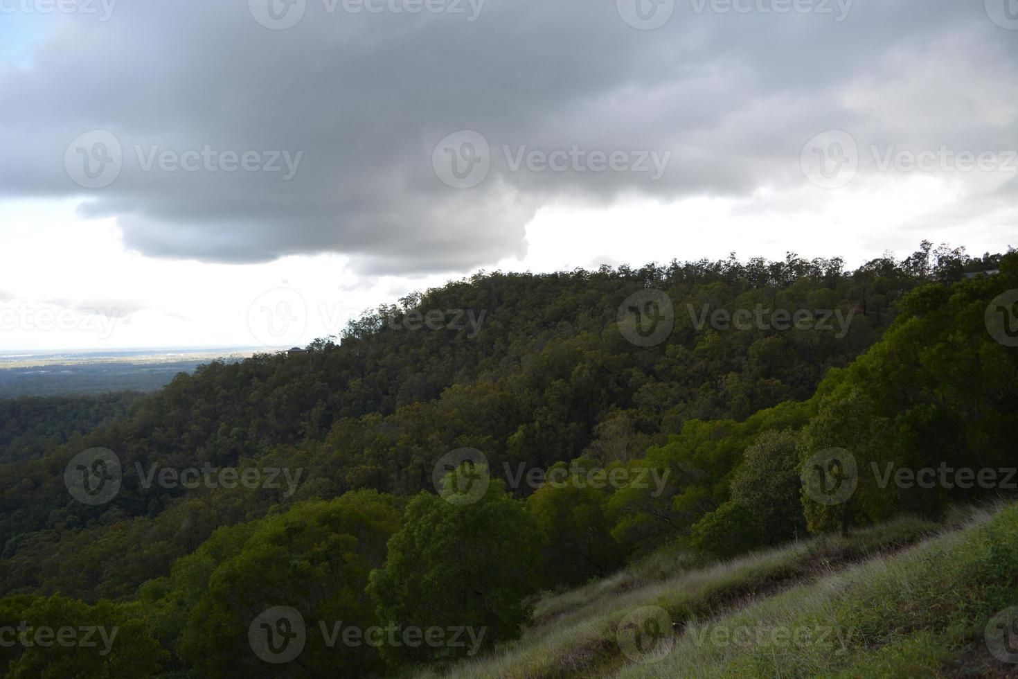 tempesta contro la catena montuosa. foto