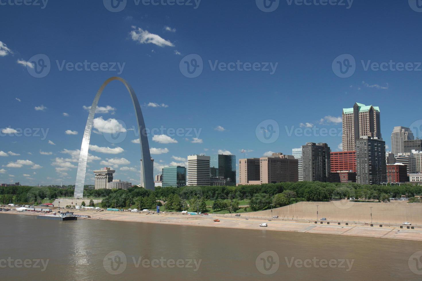 skyline di St. Louis, preso dall'acqua durante il giorno foto