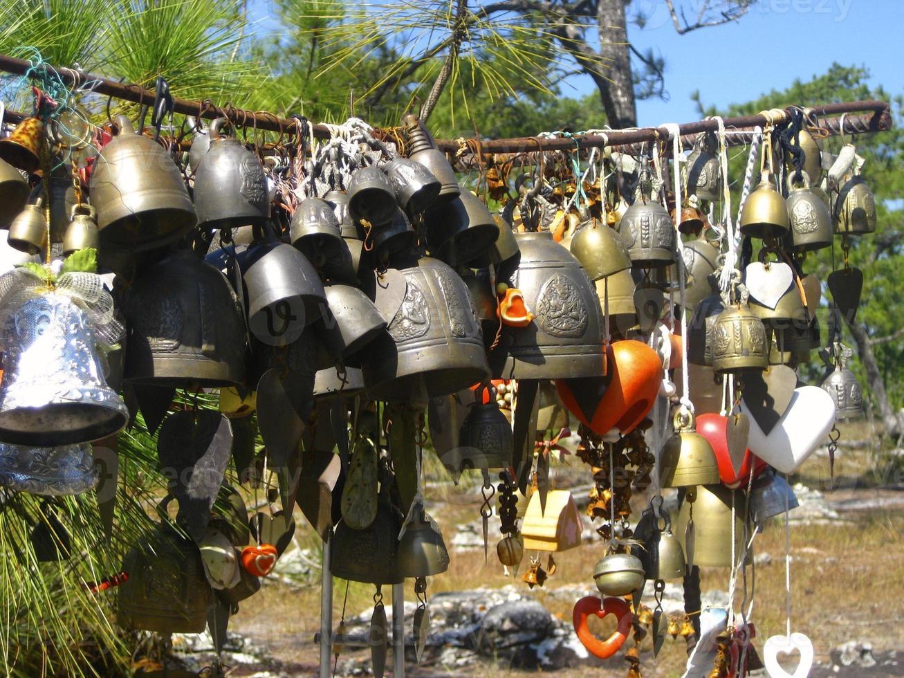 campane appese in Thailandia foto