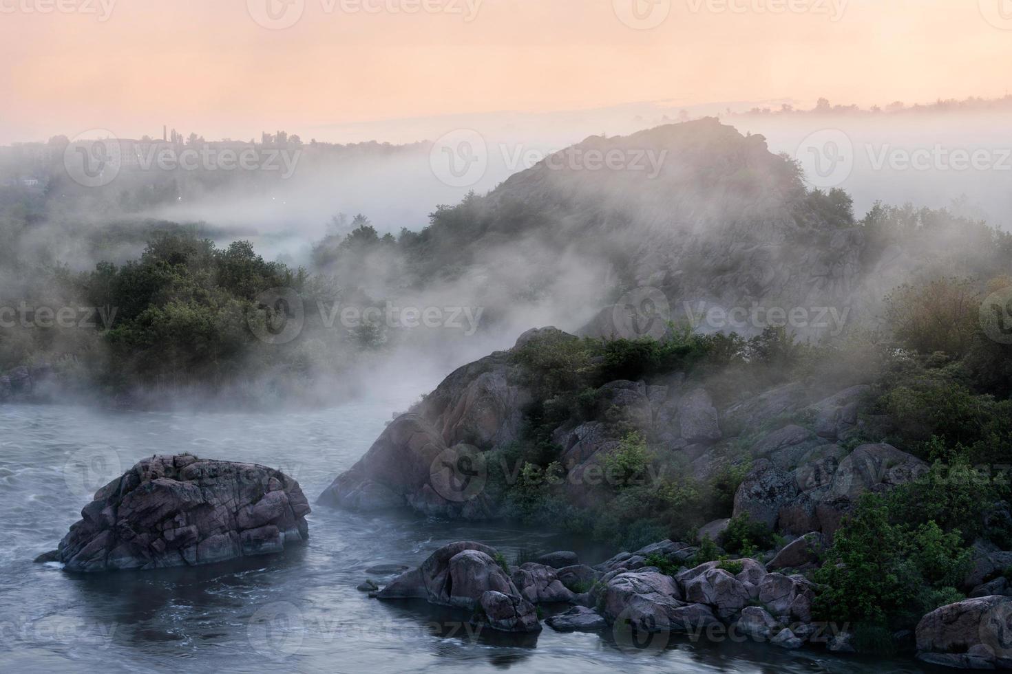 mattina nebbiosa del fiume foto