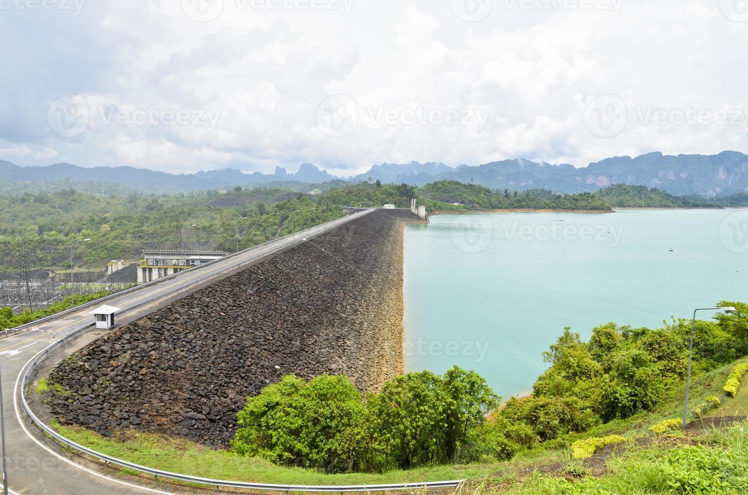 punto di vista alla diga ratchaprapha. foto