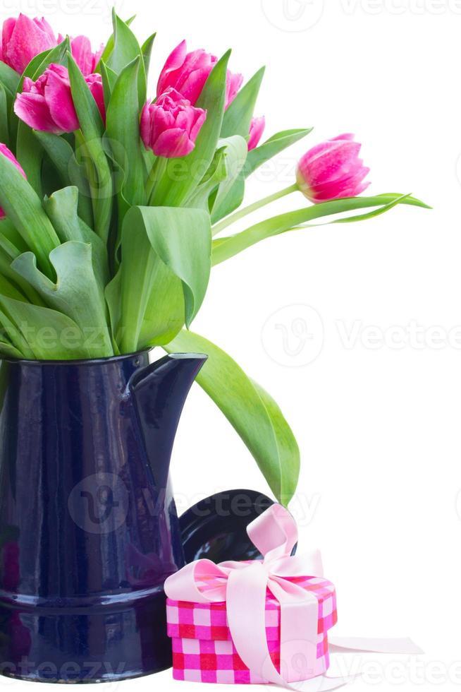mazzo di fiori multicolori del tulipano in vaso bianco foto