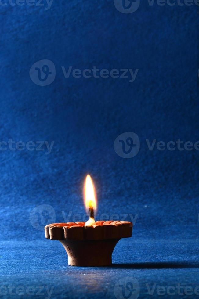lampade di argilla diya accese durante la celebrazione di diwali. biglietto di auguri. foto