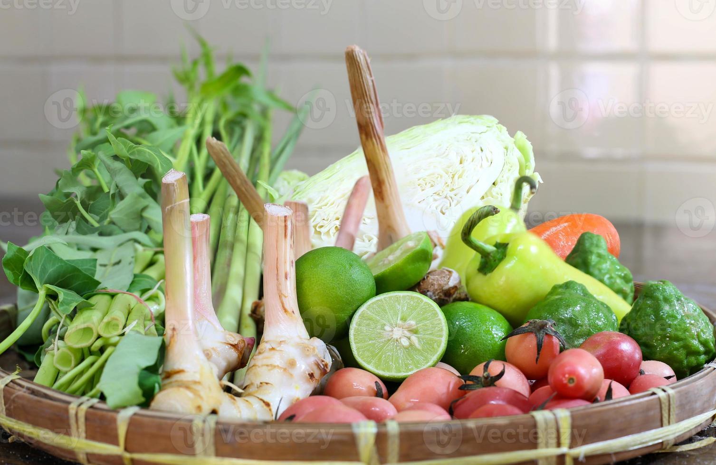 mescolare verdure e erbe nel cestino foto