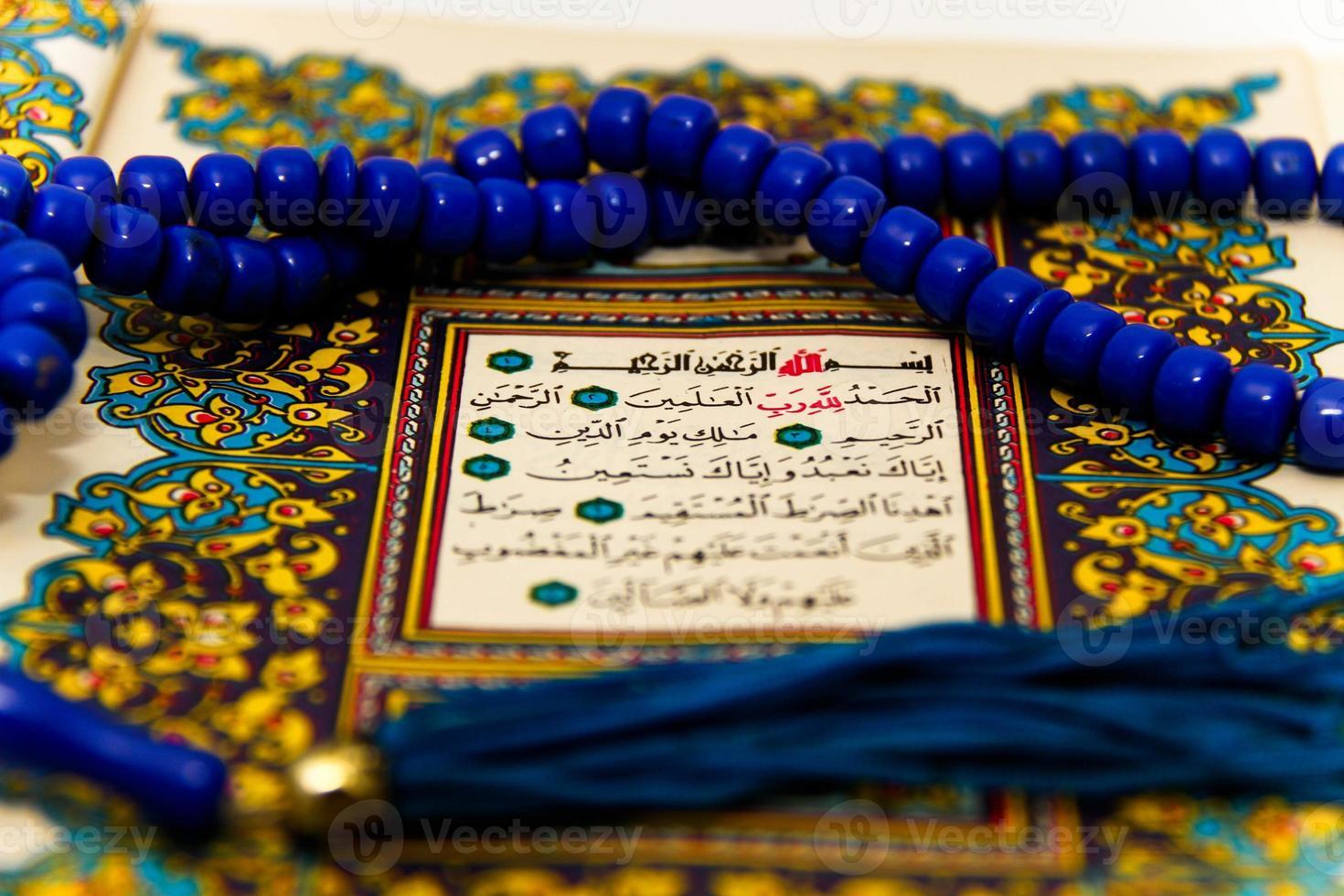 fogli interi corano con i nomi di Allah foto