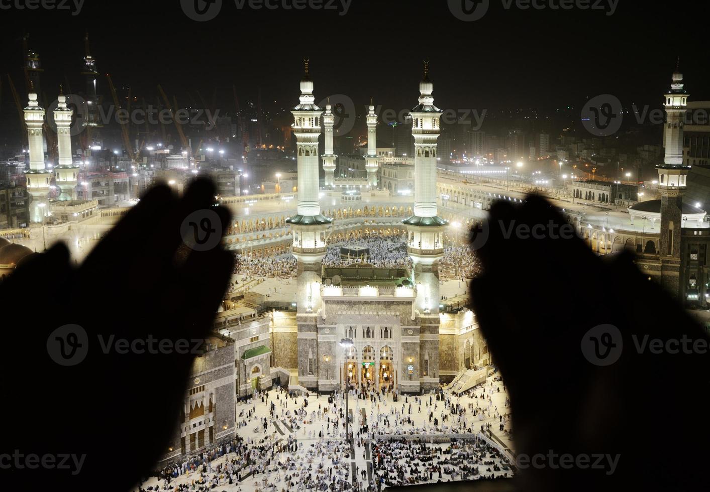 makkah kaaba hajj musulmani, silhouette di mani che pregano foto