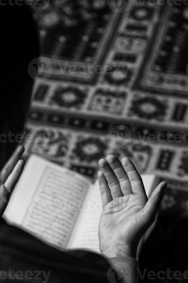 l'uomo musulmano sta leggendo il Corano foto