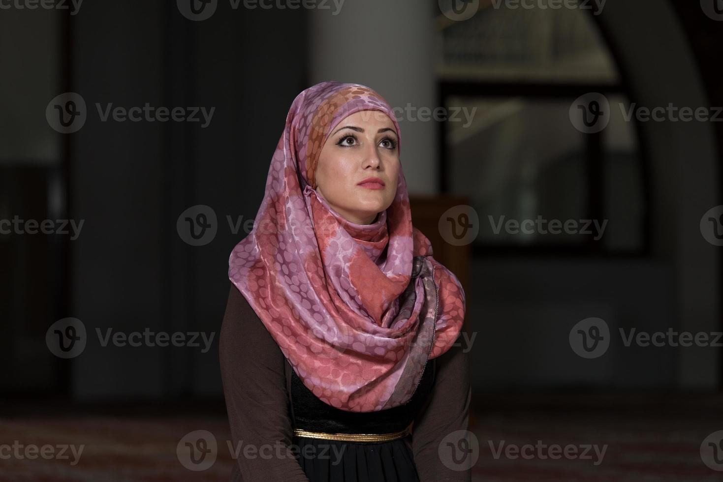 la donna musulmana sta pregando nella moschea foto