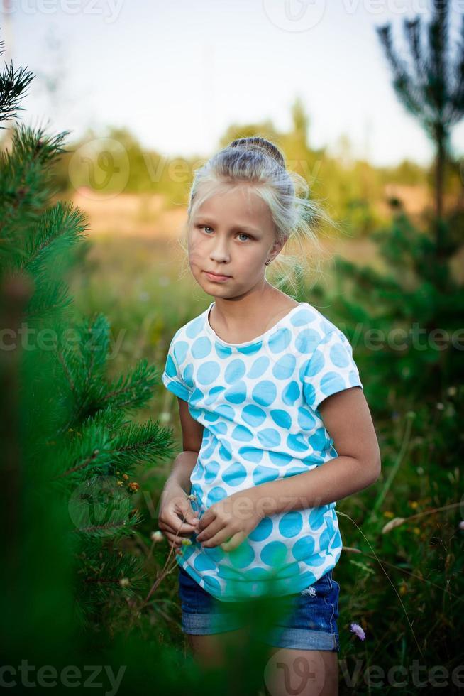 bella bambina in un prato foto