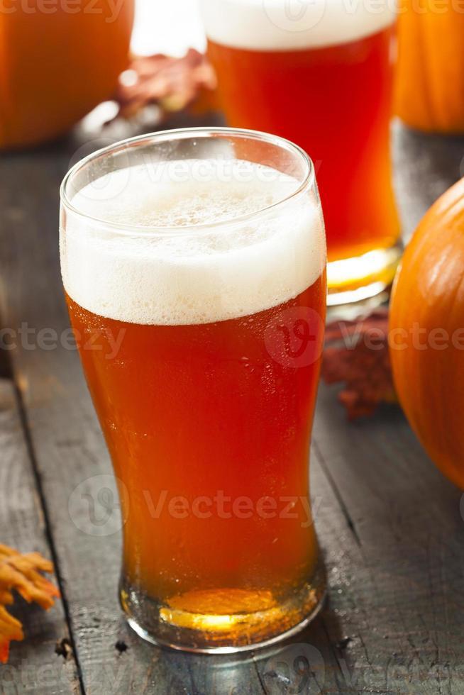birra schiumosa alla zucca arancione foto