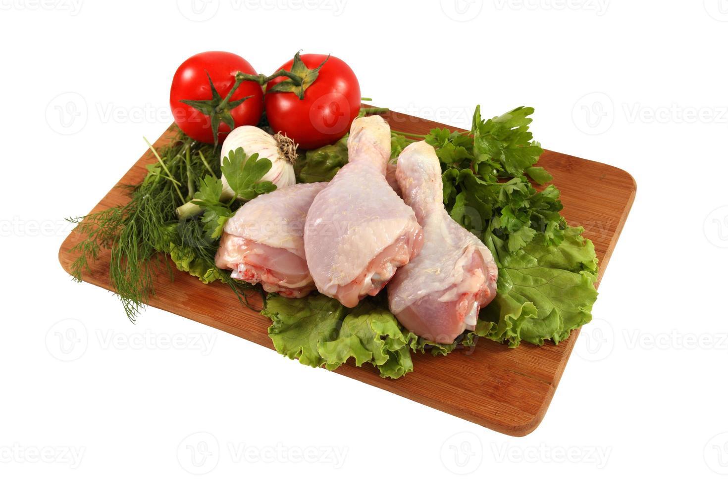 cosce di pollo crude con verdure foto