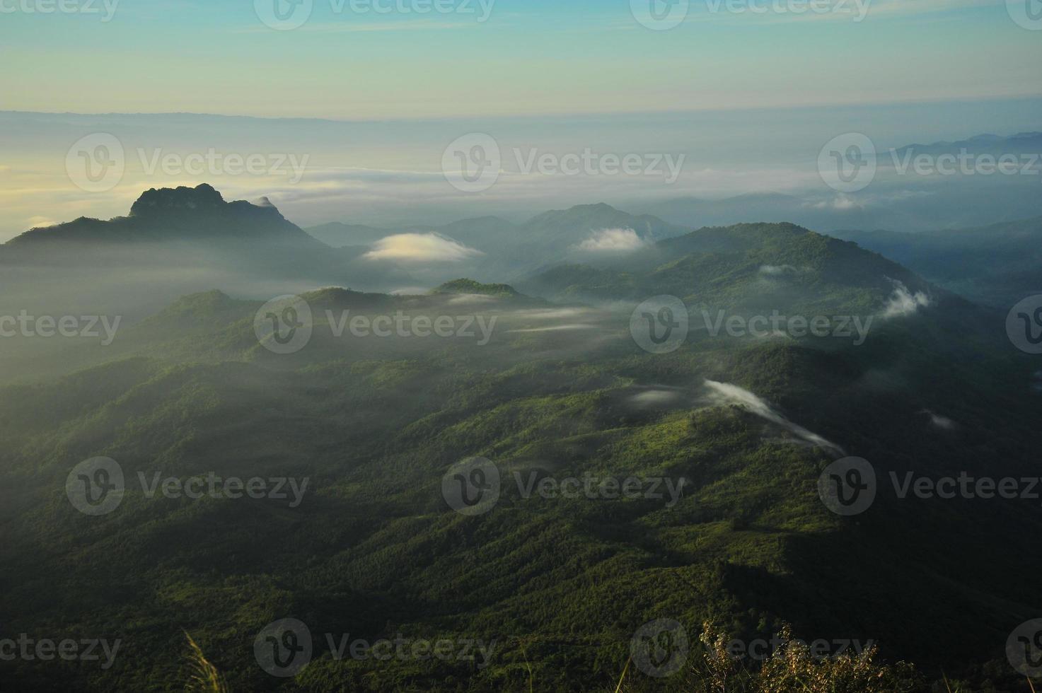 paesaggio montano all'alba foto