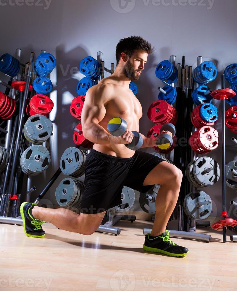 manubrio uomo allenamento fitness in palestra foto