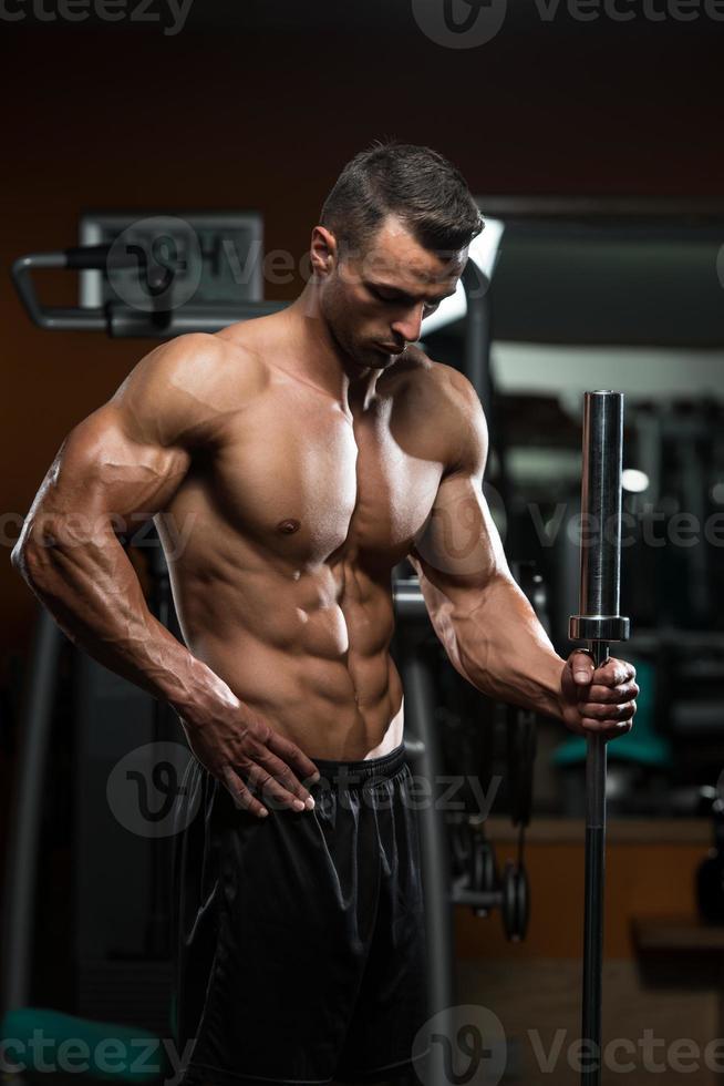 uomini muscolari belli che riposano dopo gli esercizi foto