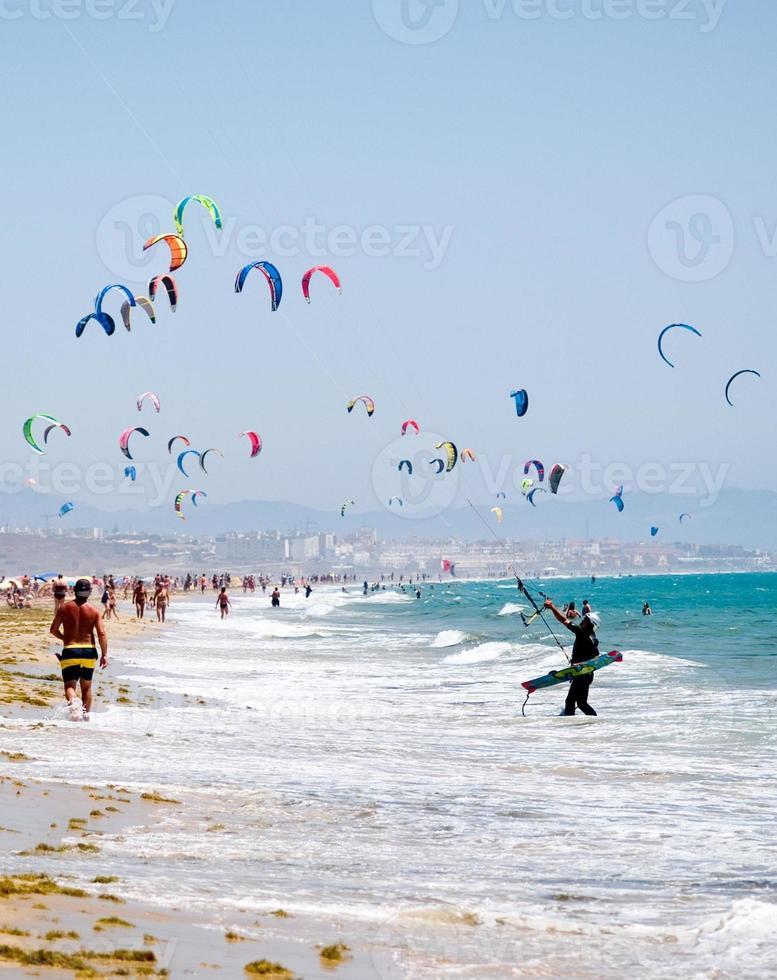 kiters in spiaggia a tarifa, spagna foto