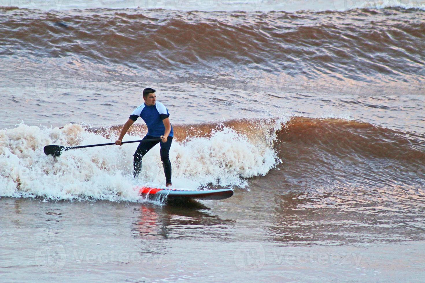 alzarsi in piedi paddle wave foto