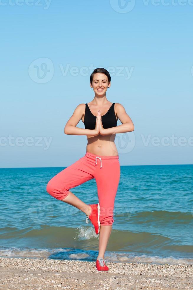 atleta giovane bella ragazza giocando sport sulla spiaggia foto