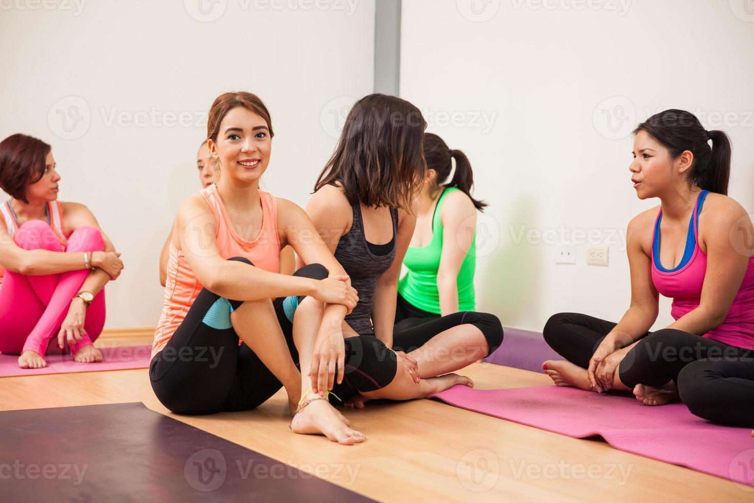 socializzare dopo la lezione di yoga foto