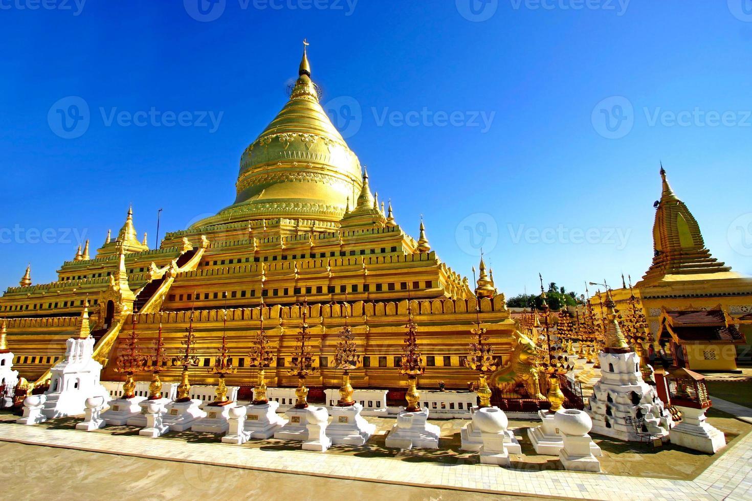 pagoda shwezigon paya, bagan, myanmar (birmania). foto